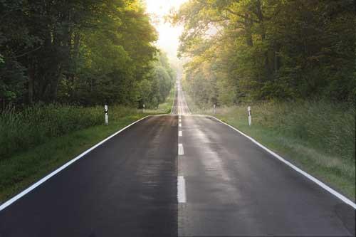 Der Herbst ist da und damit auch frühe Dunkelheit, lange Dämmerung und rutschiger Asphalt – ein erhöhtes Sicherheitsrisiko für Autofahrer.